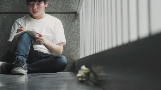 asiatiska kompositör tänker och skapar lyriska av nya låten - låtskrivare bildbanksvideor och videomaterial från bakom kulisserna