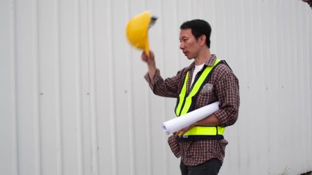 asiatische bauarbeiter auf der baustelle - schutzbrille freisteller stock-videos und b-roll-filmmaterial