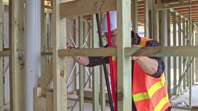 Asiatische Bauarbeiter am Standort Messen im Innenbereich