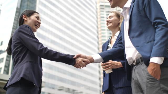 vídeos de stock e filmes b-roll de asian corporate executives greeting business visitor - visit