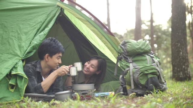 asiatisches paar camping zusammen im wald - tee warmes getränk stock-videos und b-roll-filmmaterial