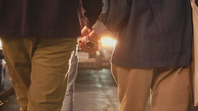 vidéos et rushes de couples asiatiques ayant la date sur la nourriture de rue. - boyfriend