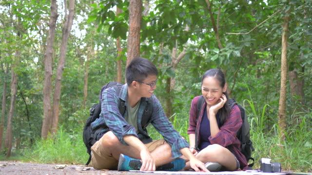 Aziatische paar op kaart Zoek in bos.