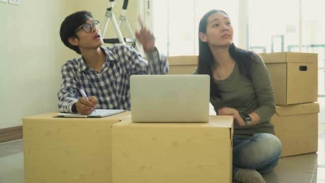 vídeos y material grabado en eventos de stock de amor de pareja asiática hacia el nuevo hogar - 30 39 years