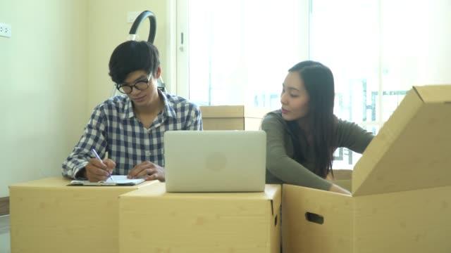 Asian paar Umzug in neues Zuhause