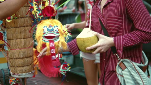 asiatiska par shopping på gatan marknaden i chinatown bangkok, thailand. - marknadsförsäljare bildbanksvideor och videomaterial från bakom kulisserna