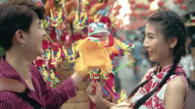 アジア カップル チャイナタウン バンコク、タイのストリート マーケットでショッピングします。 - お土産点の映像素材/bロール