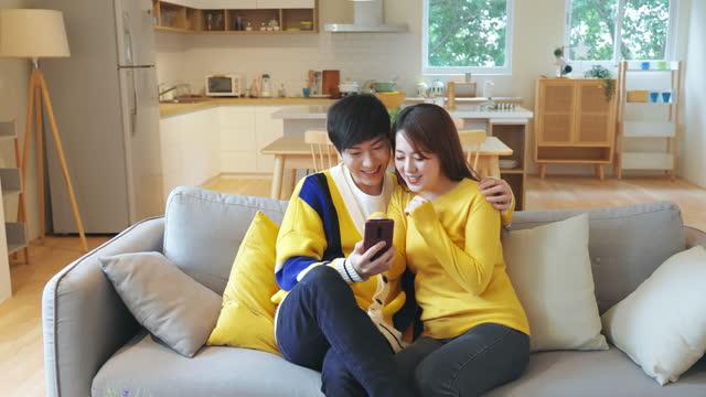 vidéos et rushes de couples asiatiques prennent selfie - équipement photographique
