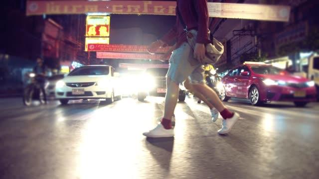 asian paar touristischen kreuzung straße in chinatown. - unterwegs stock-videos und b-roll-filmmaterial