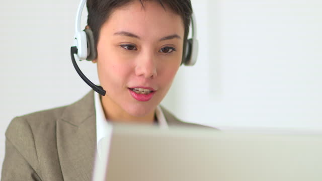 vídeos y material grabado en eventos de stock de asian customer service representative with headset in call center - call center latino