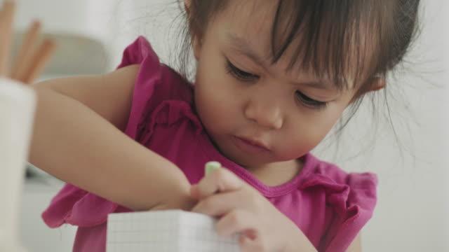 vídeos de stock, filmes e b-roll de menina asiática de bonita desenho pela cor creiom - lápis