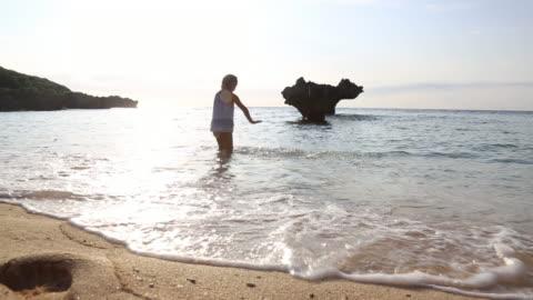 söt flicka på hard rock stranden okinawa japan - strandsemester bildbanksvideor och videomaterial från bakom kulisserna