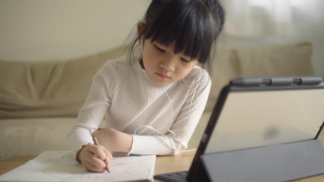 stockvideo's en b-roll-footage met aziatische dochter die aan online klasse van huis bijwoont. - e learning