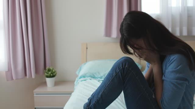 アジアうつ病悲しい若い女性 - 絶望点の映像素材/bロール