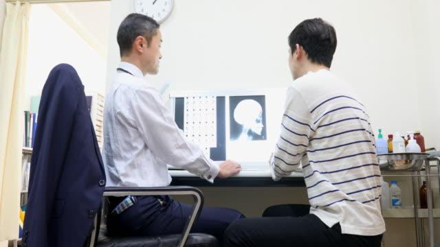 患者とのx線検査アジア医師 - 検査点の映像素材/bロール