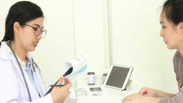 患者と話すアジアの医師 - 女医点の映像素材/bロール