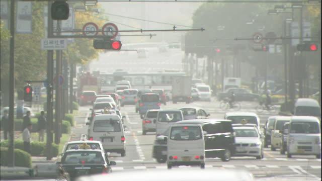 vidéos et rushes de asian dust settles over a busy street in hiroshima. - hiroshima prefecture