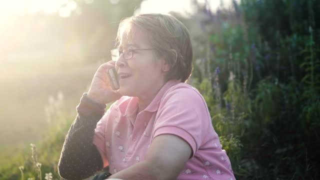 vídeos y material grabado en eventos de stock de asia mujeres mayores en obras de gafas en casa - 60 69 años