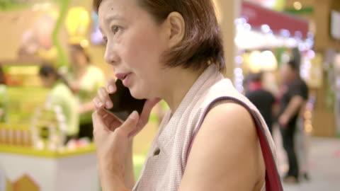 vídeos y material grabado en eventos de stock de emprendedor asiático - one mature woman only