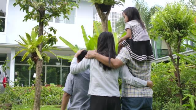 アジアの家族は新しい家を買いました。 - 売り出し中点の映像素材/bロール