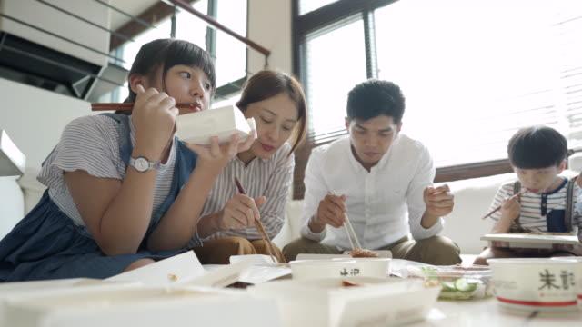 stockvideo's en b-roll-footage met aziatische familie eten lunch samen - dining room
