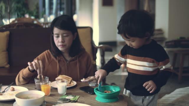 亞洲家庭有早餐 - 18 23 months 個影片檔及 b 捲影像