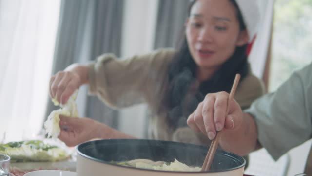 vídeos de stock e filmes b-roll de asian family having a christmas party. - pauzinhos