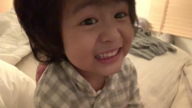 vídeos de stock, filmes e b-roll de família asiática se divertindo com um filho feliz na cama - isolado