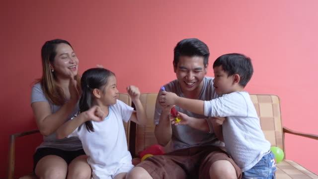 stockvideo's en b-roll-footage met aziatische familie lifestyle hebben plezier spel spelen - spelletjesavond