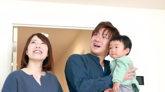 アジアの家族 引っ越しの家 - 不動産点の映像素材/bロール