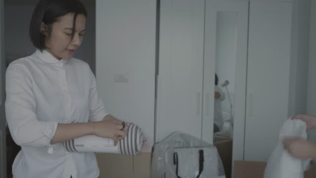 Asiatisk familj nya hem flyttlådor