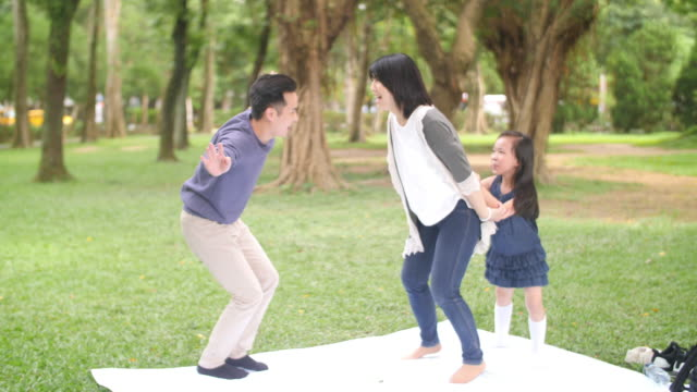 vídeos de stock, filmes e b-roll de família asiática que joga jogos - brincadeira de pegar