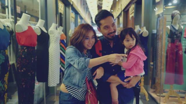 バザーで買い物をしているアジアの家族観光客 - お土産点の映像素材/bロール