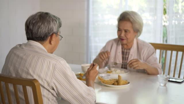 vídeos y material grabado en eventos de stock de familia asiática. - 60 64 años