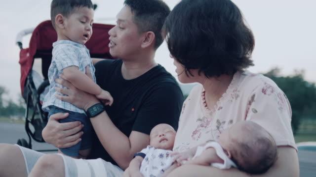 Asiatischen Familie mit neugeborenen Zwillinge.