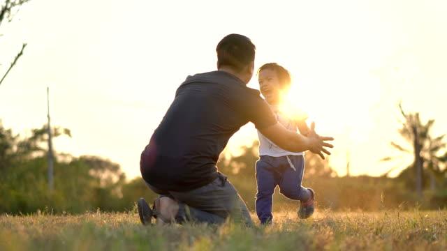 vídeos de stock, filmes e b-roll de slo mo asiático pai e filho abraçando-se. - son