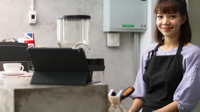 asiatische weibliche unternehmer vor café - only young women stock-videos und b-roll-filmmaterial