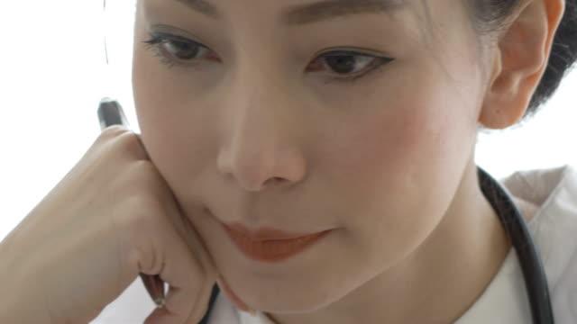 アジア女性医師の顔 - 試験点の映像素材/bロール