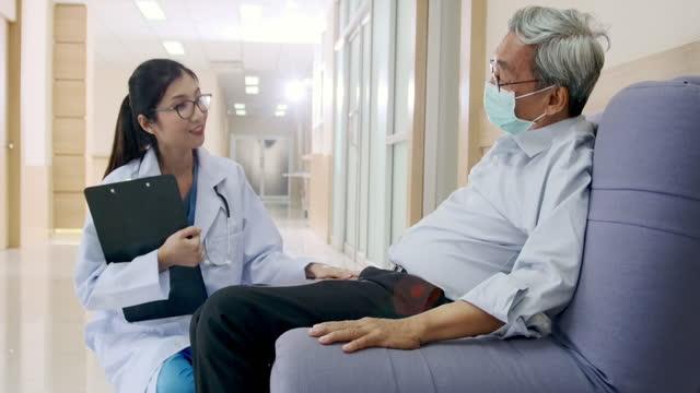 vídeos y material grabado en eventos de stock de asiática doctora entró para animar. con pacientes de edad avanzada dentro de la sala del hospital. - signo de puntuación
