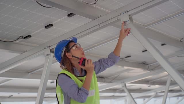 太陽光発電の設置をチェックするアジアの女性エンジニア - cable点の映像素材/bロール