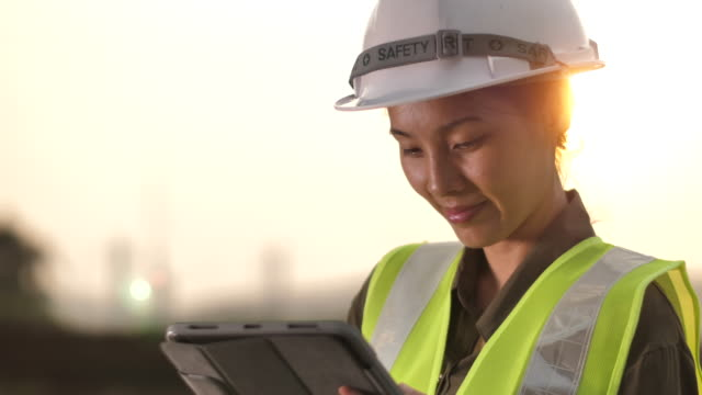 vídeos de stock, filmes e b-roll de coordenador fêmea asiático que trabalha na tabuleta de digitas - engenharia