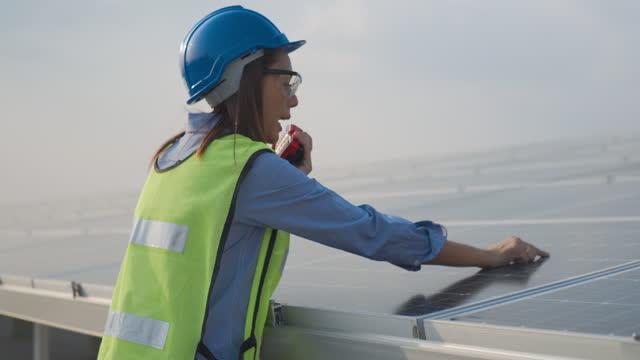 ソーラーパネル工場に取り組むアジアの女性エンジニア - cable点の映像素材/bロール
