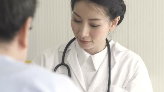 vidéos et rushes de asiatique femme médecin professionnel au travail. - doctoresse