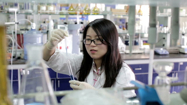 asian female scientist making test tube experiment - wissenschaft stock-videos und b-roll-filmmaterial