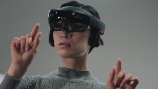 asian female using virtual reality - realtà aumentata video stock e b–roll