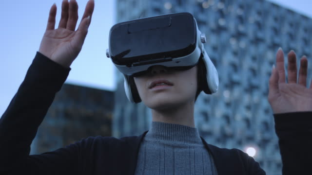 stockvideo's en b-roll-footage met asian female using virtual reality - virtual reality