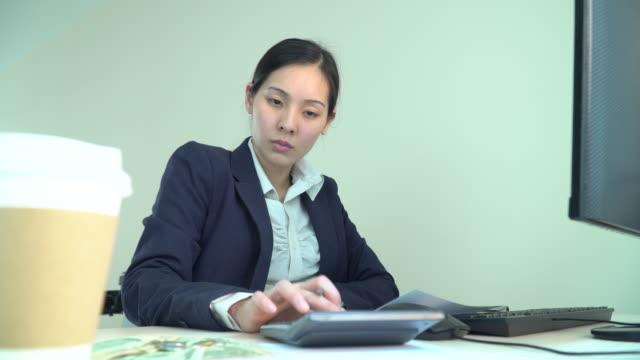 vídeos y material grabado en eventos de stock de documentos financieros asiáticos, trabajando en casa - 30 39 years