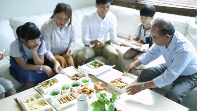 stockvideo's en b-roll-footage met aziatisch eten voor het hele gezin - dining room