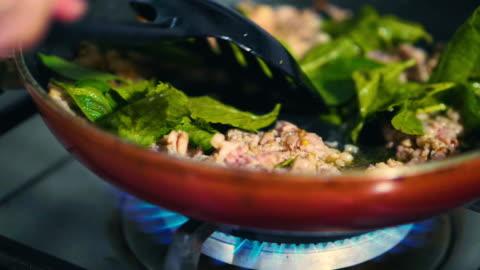 vídeos y material grabado en eventos de stock de comida asiática: fritura de cerdo con albahaca o pad-kaprao, comida tailandesa - cultura tailandesa