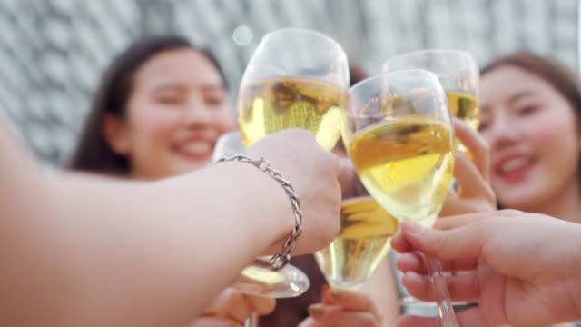 一緒にパーティーを祝うアジアの友人グループ - グラス点の映像素材/bロール